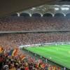 Suporterii urmăresc meciul Grecia – România cu mici și bere