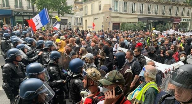 Macron, tot mai contestat. Proteste violente, la Paris, de Ziua Franței!